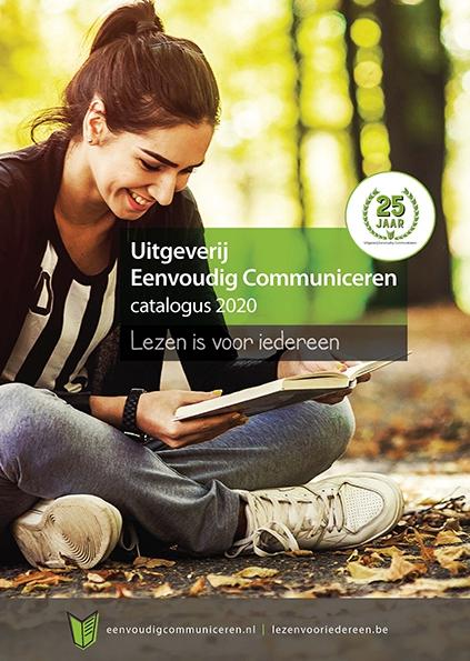 Lachend meisje dat boek leest
